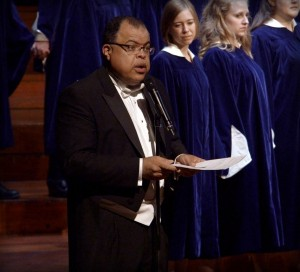 Anton Armstrong '78, conductor of the choir, speaks to the Oslo audience.